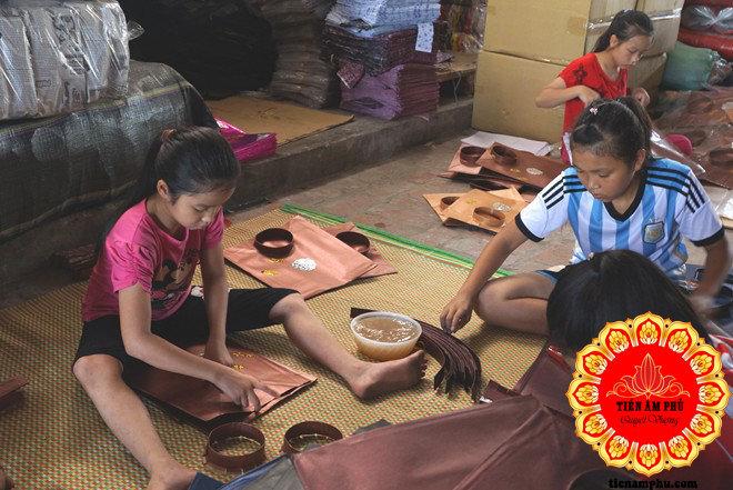 em bé giúp mẹ làm Vàng mã Bắc Ninh