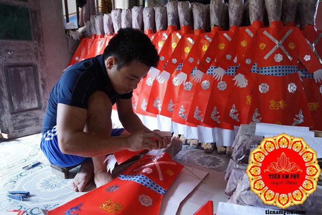 gia đình trẻ làm Vàng mã Bắc Ninh