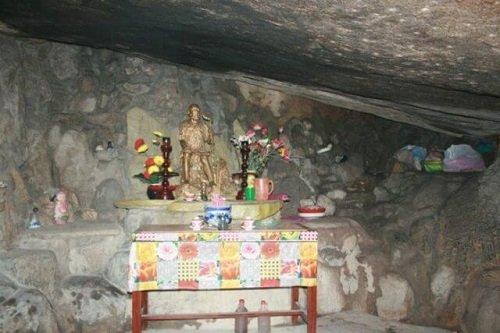 ban thờ ông núi trong hang tổ