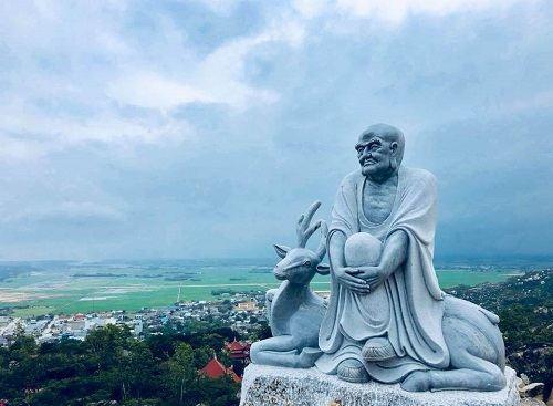 Tượng phật trong chùa Ông Núi