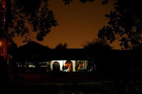 thiền viện viên chiếu về đêm