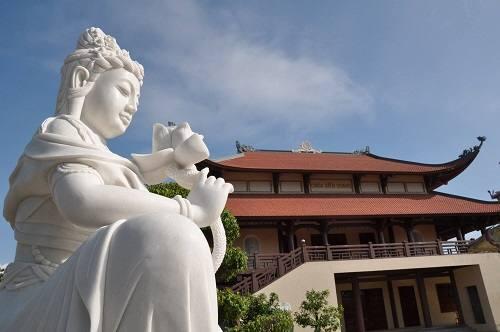 Khu vực khuôn viên chùa Diên Quang Quế Võ: