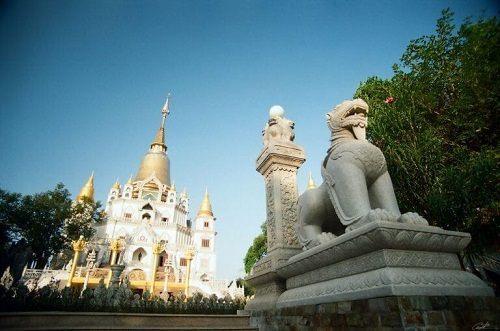 Khuôn viên của ngôi chùa bửu long