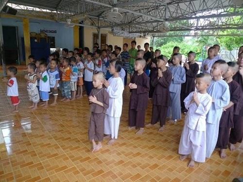 Hạnh phúc và nụ cười trẻ em ở chùa