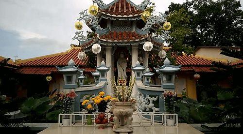 Tượng phật trong chùa tam bảo
