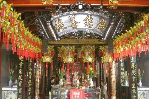 Chánh điện chùa Ông Bổn