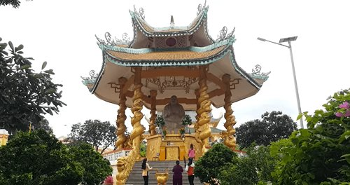 Đài Di Lặc và chánh điện của chùa Đại Tòng Lâm
