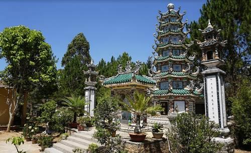 Báo Tháp Bát Giác và tượng Quan Âm trong khuôn viên chùa.